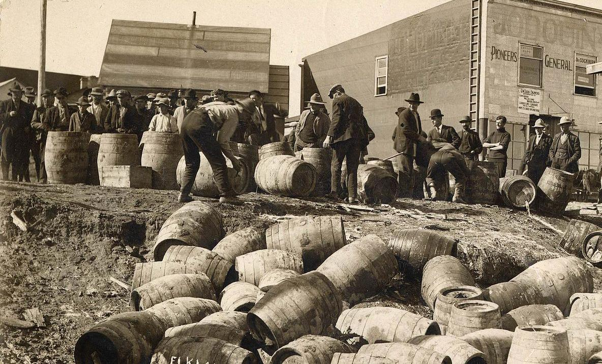A police raid confiscating illegal alcohol in 1925 - Photo: Wikipedia