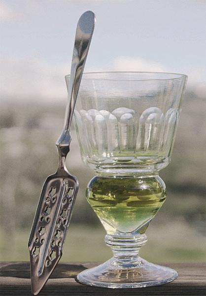 The naturally colored Absinthe is of a yellow-green or brown-green color.
