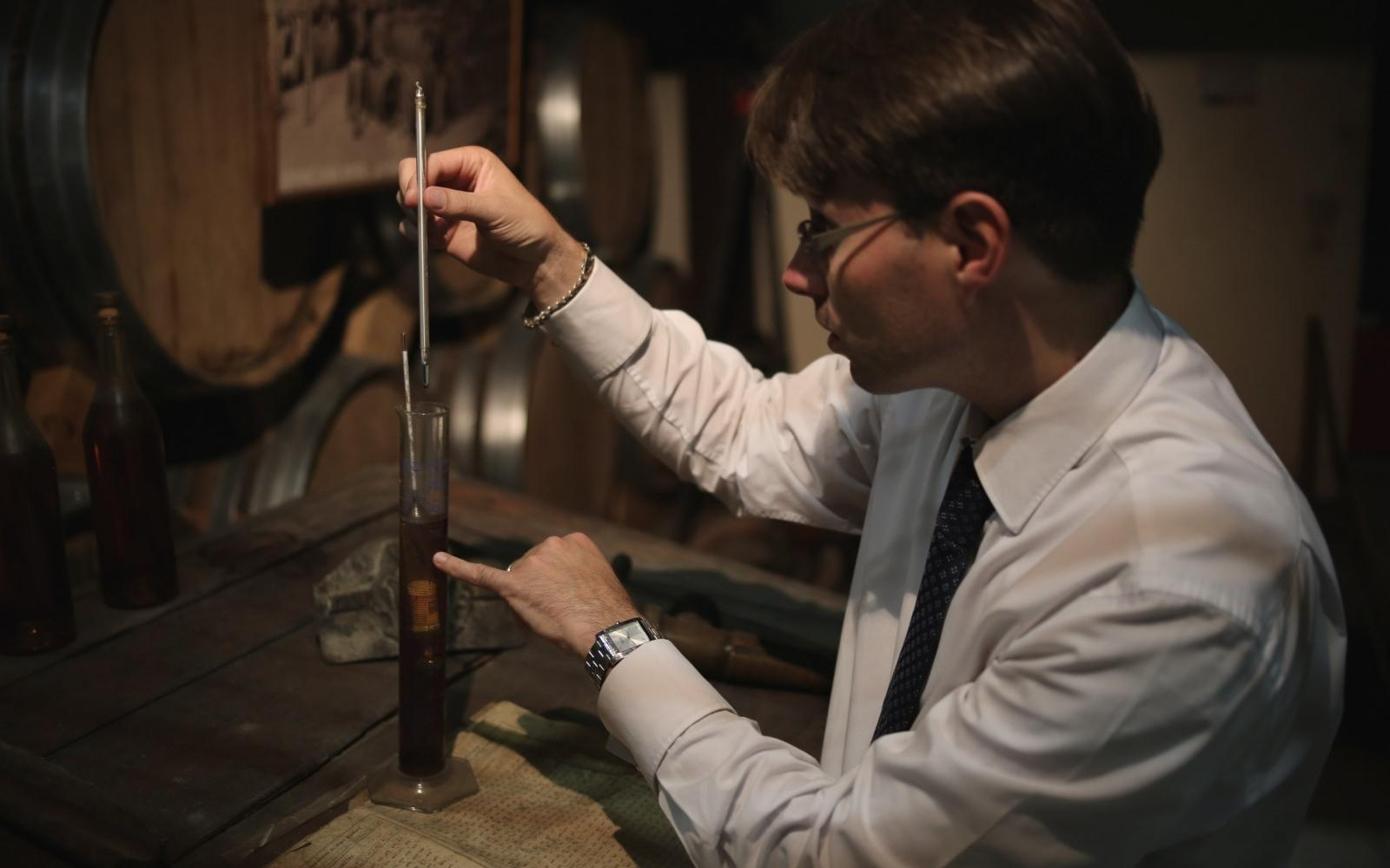Measuring alcohol content with the traditional manual method, Louis Royer